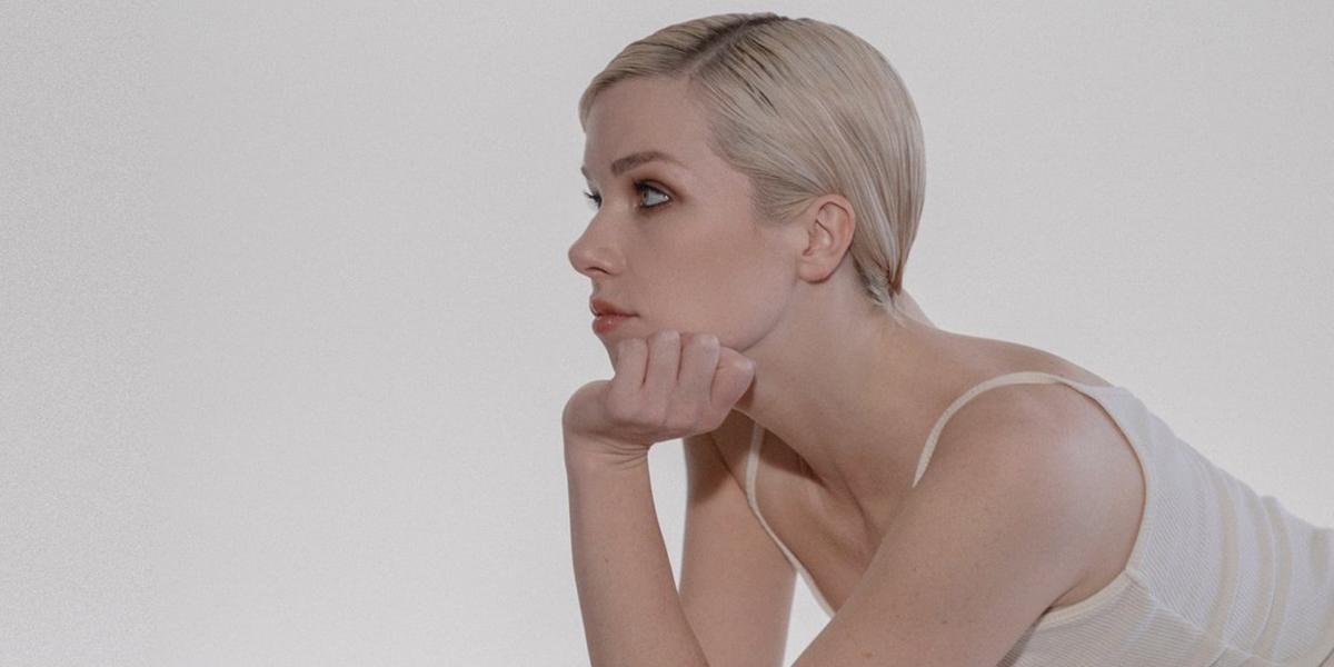 Cantora canadense Carly Rae olhando para o horizonte.