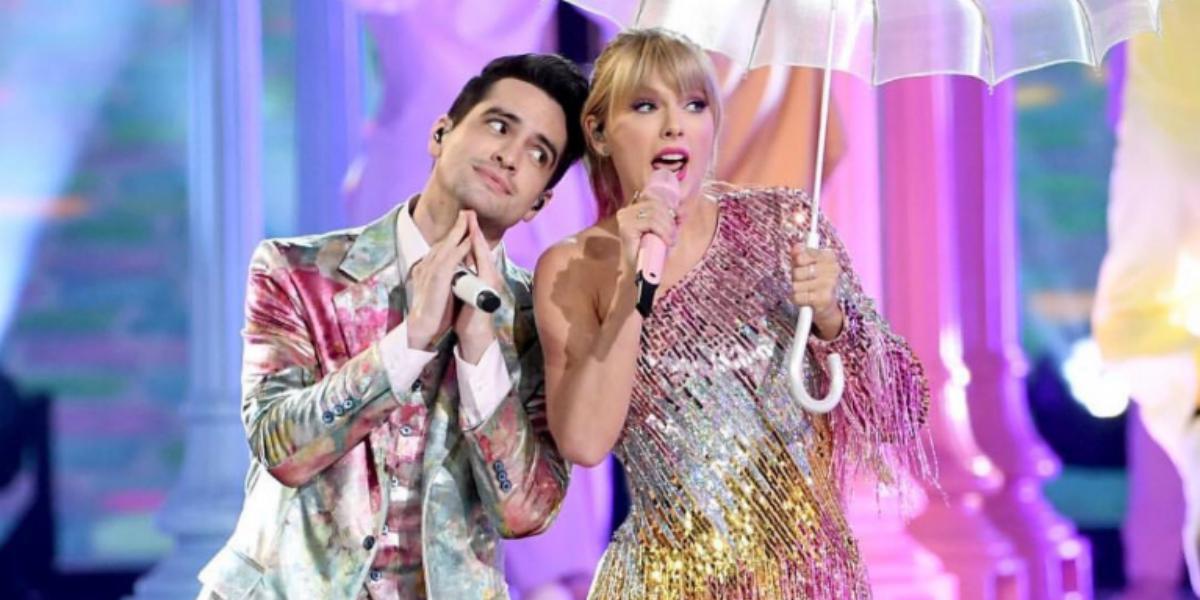 Taylor Swift e Brendon Urie em apresentação da música ME! no Billboard Awards 2019 com figurinos cintilantes e guarda chuvas