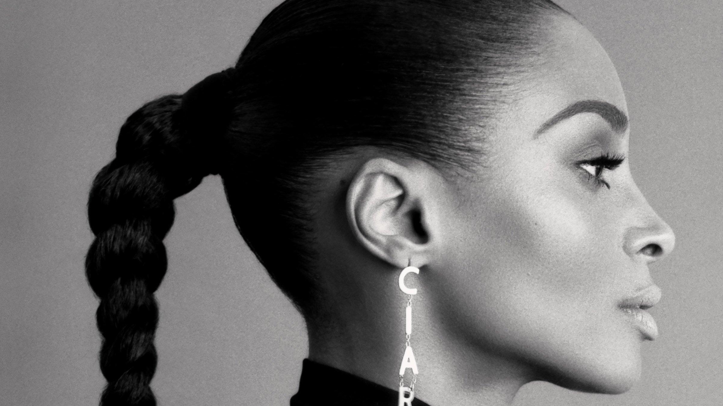 Cantora Ciara com uma trança e brincos com seu nome