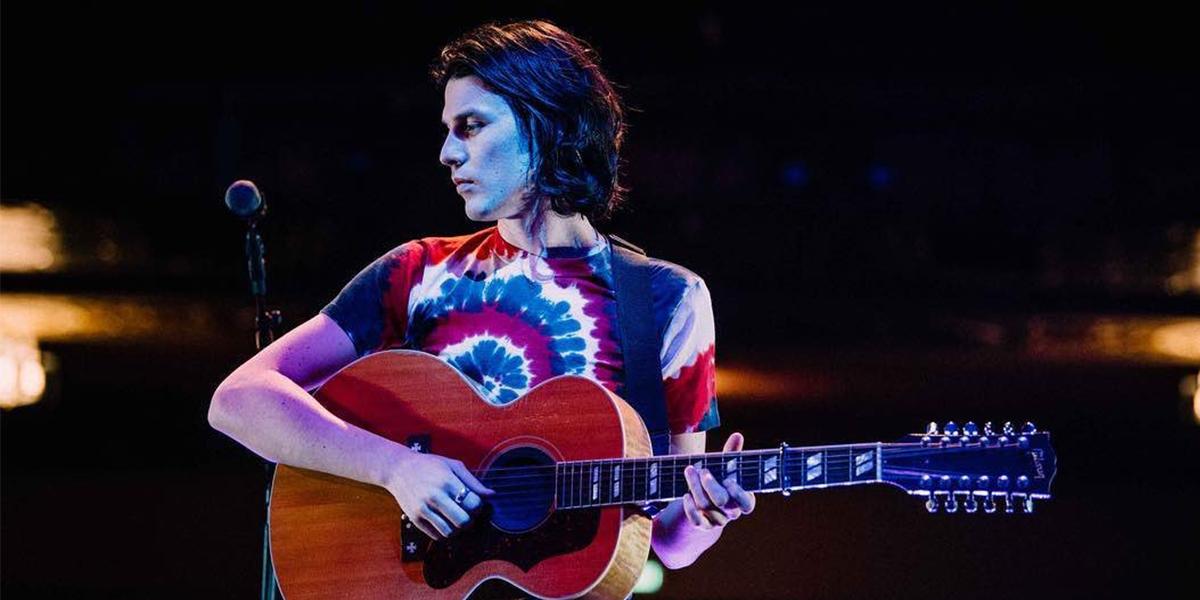 Divulgação de Oh My Messy Mind, James Bay com um violão em um palco