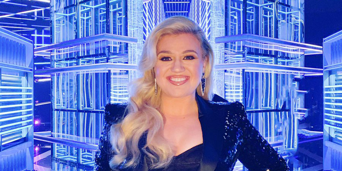 Cantora pop Kelly Clarkson sorrindo e fundo luminoso