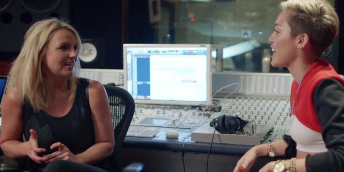Miley Cyrus e Britney Spears conversando em estúdio