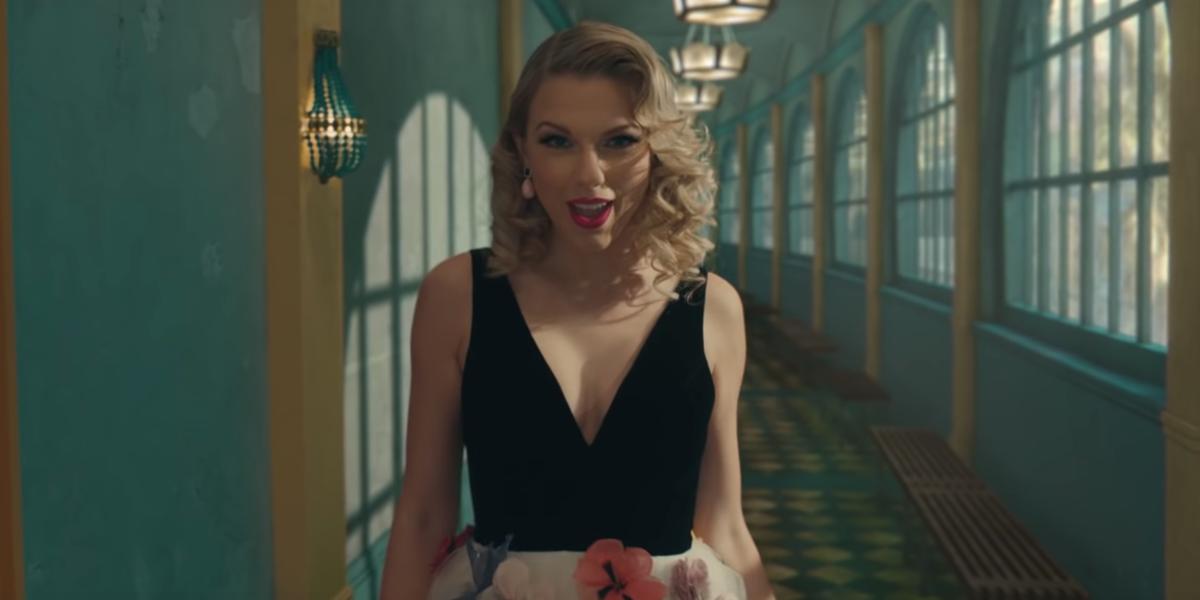 Captura de tela do clipe ME! com Taylor Swift em um vestido preto