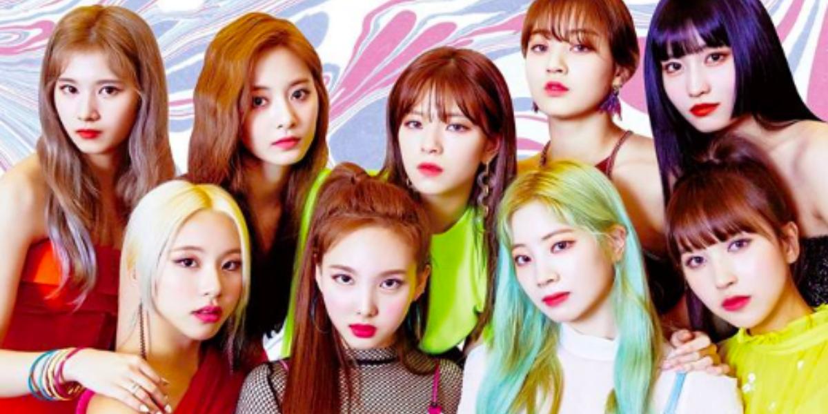 Grupo de kpop Twice em post no instagram, com um fundo colorido
