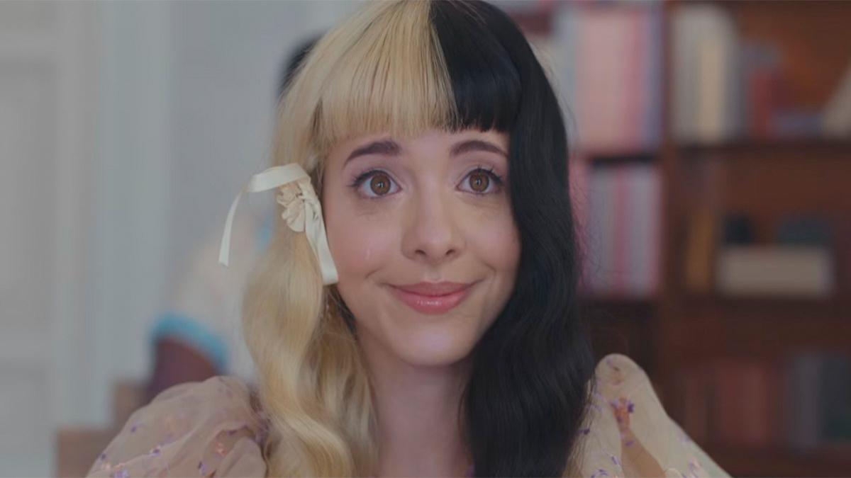 Melanie Martinez em trailer de filme que acompanha seu novo álbum
