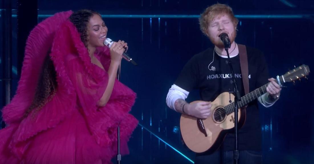 """Ed Sheeran e Beyoncé em performance de """"Perfect"""", durante evento do Global Citizen em homenagem a Nelson Mandela."""
