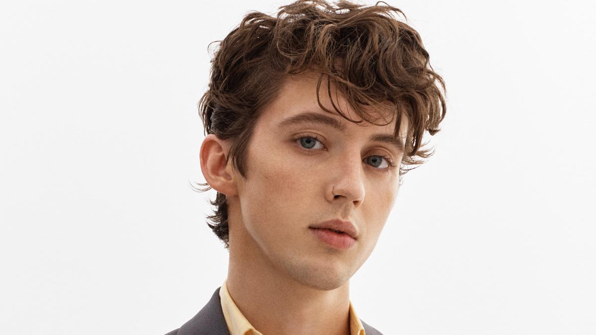 """Troye Sivan em ensaio fotográfio para """"In A Dream"""". É um close do rosto do cantor."""