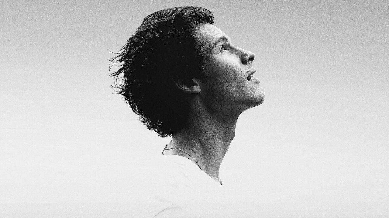 Shawn Mendes em uma foto preto e branco olhando para cima para a foto promocional de seu documentário in wonder