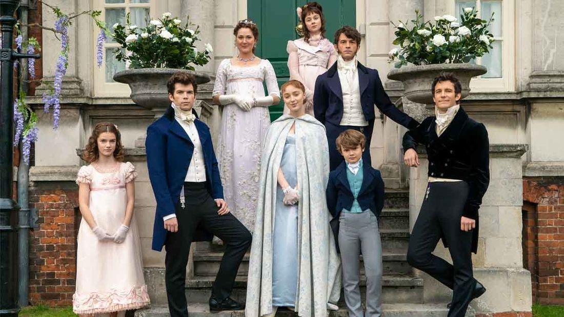 família Bridgerton posando em frente à sua casa em foto de divulgação da série da netflix texto sobre a segunda temporada de bridgerton